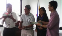 PITAHC Exec. Dir. Dr. Isidro Sia awards tokens and certificates of appreciation to the first batch of speakers.